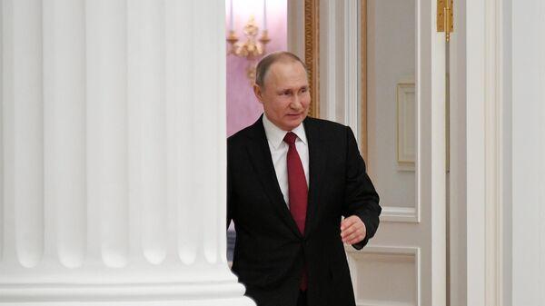 Президент РФ Владимир Путин перед началом церемонии вручения президентских премий в области науки и инноваций для молодых учёных за 2019 год