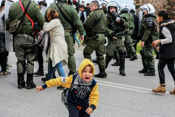 Столкновение беженцев и полицейских перед лагерем Кара-Тепе на острове Лесбос. 3 февраля 2020 года
