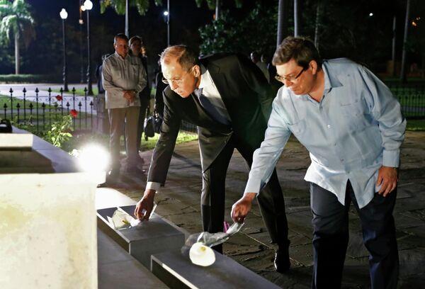Министр иностранных дел РФ Сергей Лавров и министр иностранных дел Кубы Бруно Родригес Паррилья на церемонии возложения цветов на кладбище Святой Ифигении