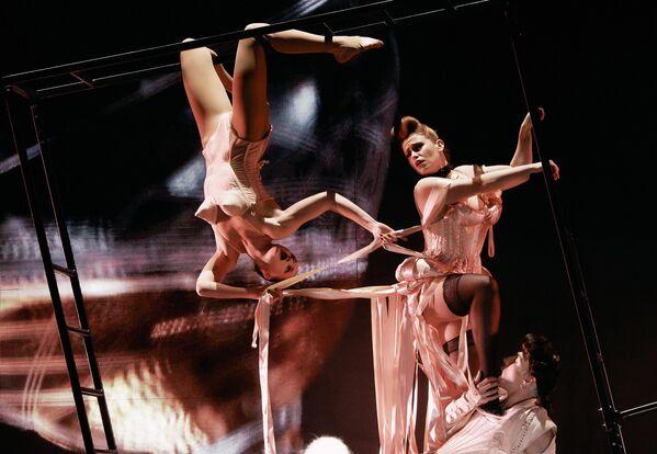 Артисты в сцене из театрального спектакля Fashion Freak Show французского модельера Жана-Поля Готье  в Санкт-Петербурге