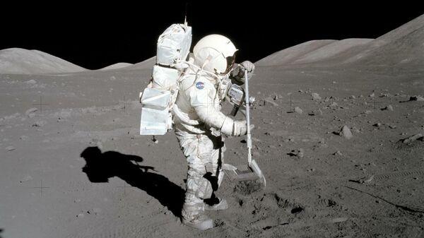 Астронавт и геолог миссии Аполлон-17 Харрисон Шмитт в 1972 году собирает образцы лунного грунта, которые использовались в данном исследовании