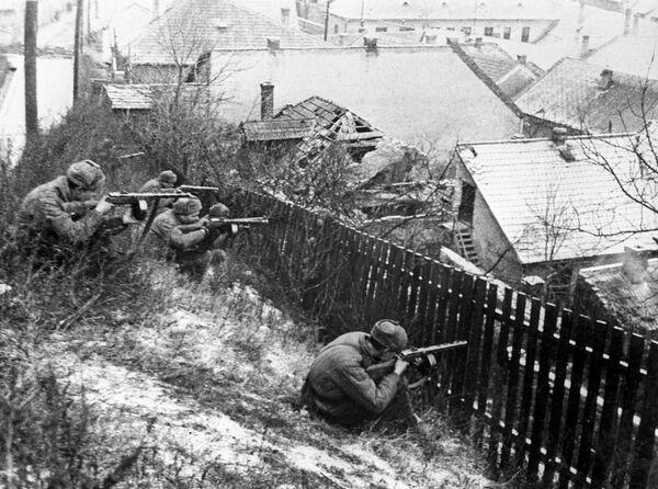 Великая Отечественная война 1941-1945 гг. Автоматчики 3-го Украинского фронта ведут бои на улицах Будапешта
