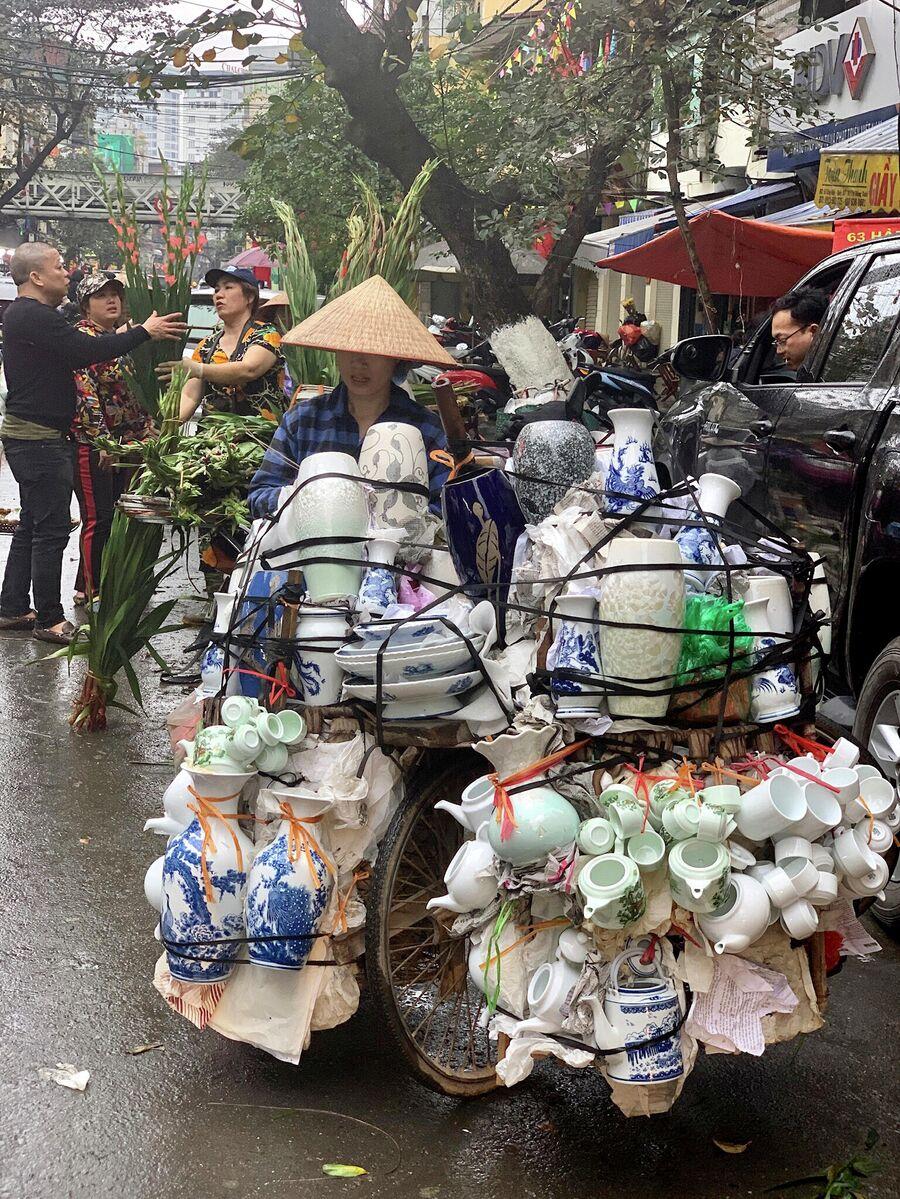 Продавщица фаянса в Ханое