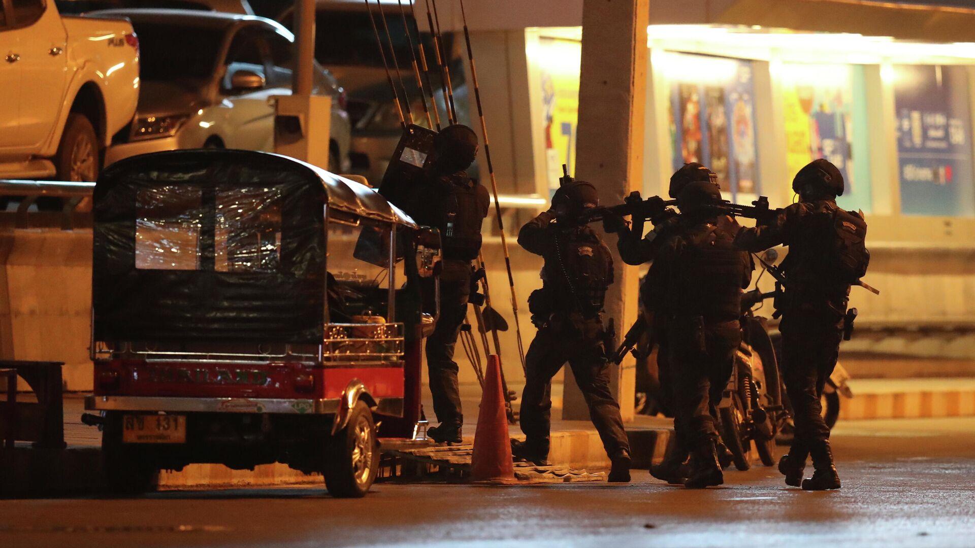 Спецназ в Таиланде около торгового центра, где произошла стрельба - РИА Новости, 1920, 20.04.2020