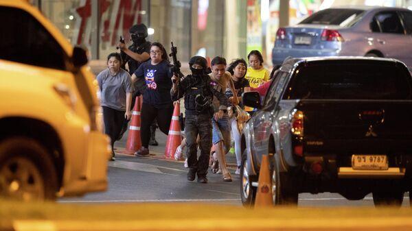 Спецназ в Таиланде эвакуирует людей из торгового центра, где произошла стрельба