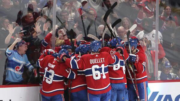 Хоккеисты Монреаль Канадиенс в матче НХЛ против Торонто Мейпл Лифс