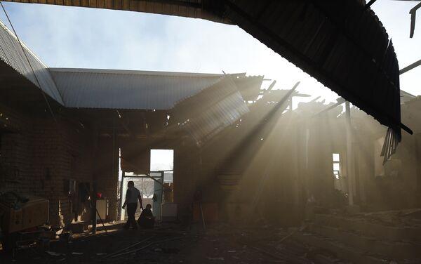 Этнический дунганец осматривает сгоревший дом в селе Блас-Батыр в 250 километрах от Алматы 8 февраля 2020