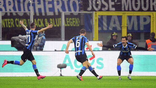 Футболисты Интера радуются забитому голу