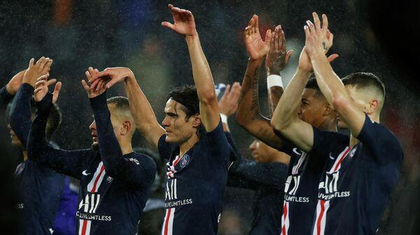 Футболисты  Пари Сен-Жермен радуются победе