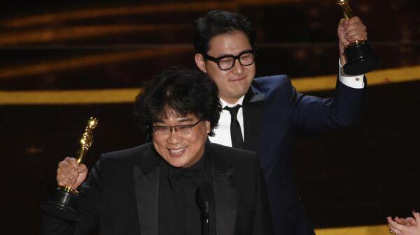 Пон Чжун Хо (слева) и Хан Джин Вон получили премию Оскар за лучший оригинальный сценарий к фильму Паразиты