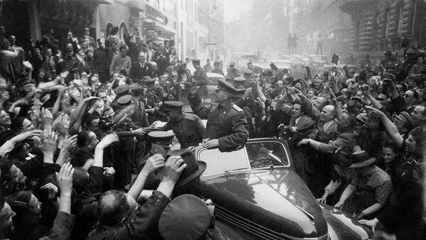 Командующий войсками 1-го Украинского фронта Маршал Советского Союза И.С. Конев в освобожденной Праге. Чехословакия, май 1945 г.