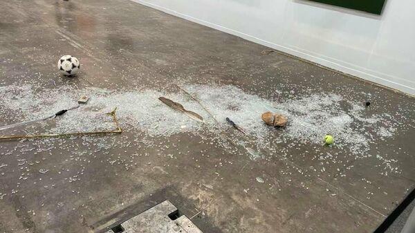 Разбившаяся инсталляция художника Габриэля Рико на выставке современного искусства Zona Maco в Мехико