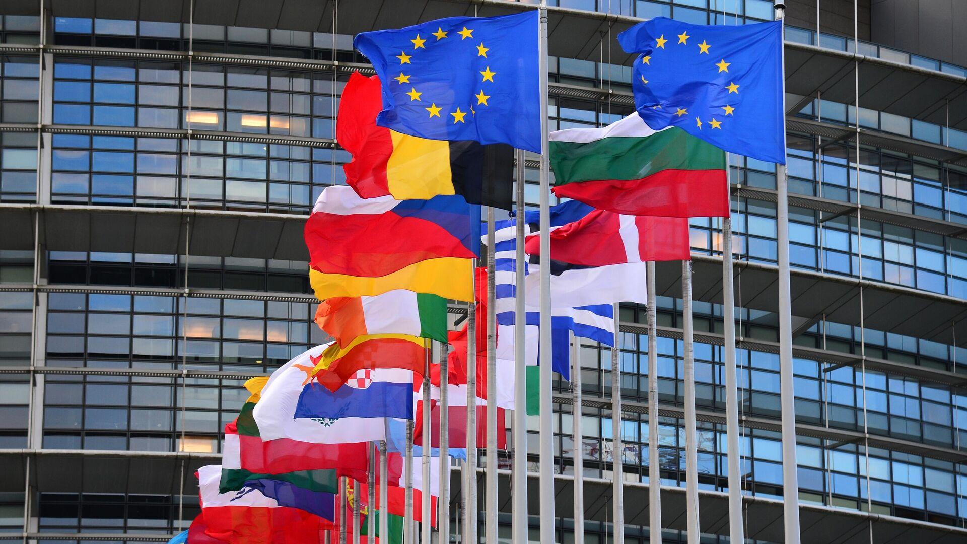 Флаги стран Евросоюза перед главным зданием Европейского парламента в Страсбурге - РИА Новости, 1920, 25.06.2021