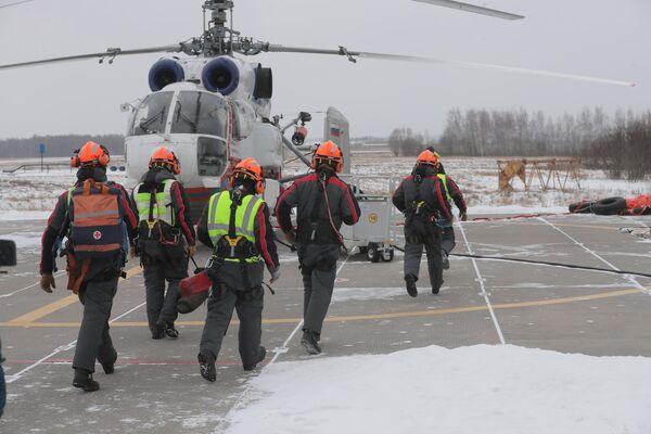 Экипаж вертолета готовится к вылету