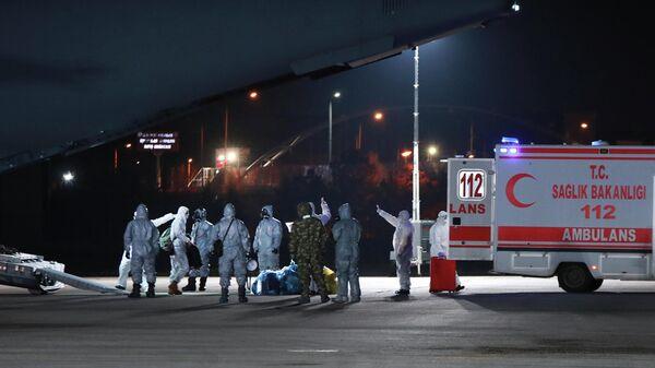 Медицинский персонал в аэропорту Анкары, Турция
