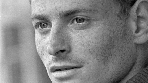 Советский футболист, нападающий команды Спартак (Москва), мастер спорта СССР  Валерий Рейнгольд.