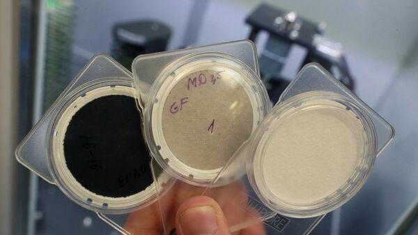 Образцы фильтров разного уровня загрязненности в лаборатории по проверке проб воздуха в Москве