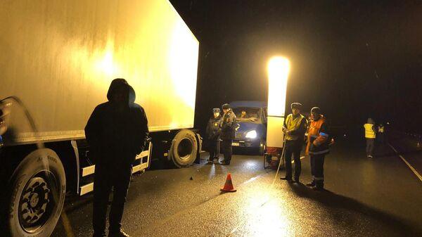 На месте ДТП с участием микроавтобуса Mercedes и грузовика Volvo у деревни Рудо Псковской области