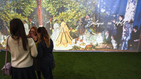 Посетители на презентации мультимедийной выставки картин французских импрессионистов в московском торговом центре Метрополис