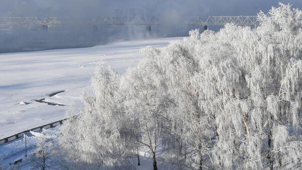 Набережная и железнодорожный мост через реку Обь в Новосибирске