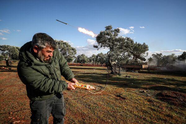Боевик в Сирии запскает ракету в сторону правительственных войск в Идлибе
