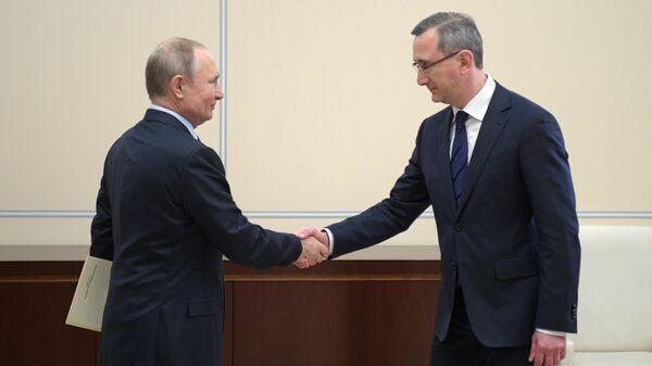 Президент РФ Владимир Путин и Владислав Шапша, назначенный временно исполняющим обязанности губернатора Калужской области, во время встречи
