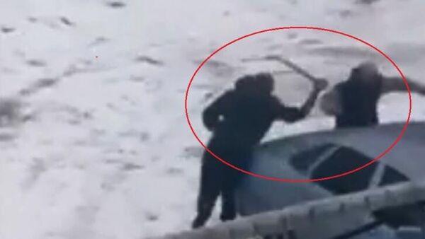 Момент нападения с использованием шашки в поселке Аэропорт в Волгограде. Стоп-кадр видео
