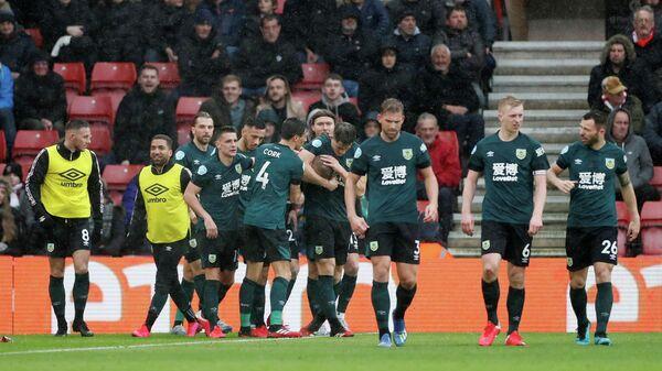 Футболисты Бернли радуются забитому мячу в исполнении Матея Выдры
