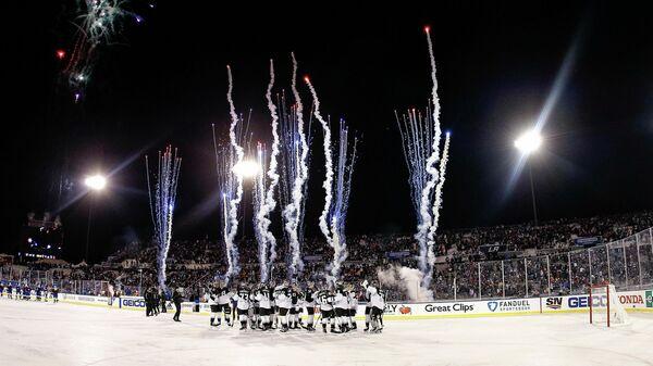 Хоккеисты Лос-Анджелес Кингз празднуют победу в матче НХЛ на открытом воздухе против Колорадо Эвеланш
