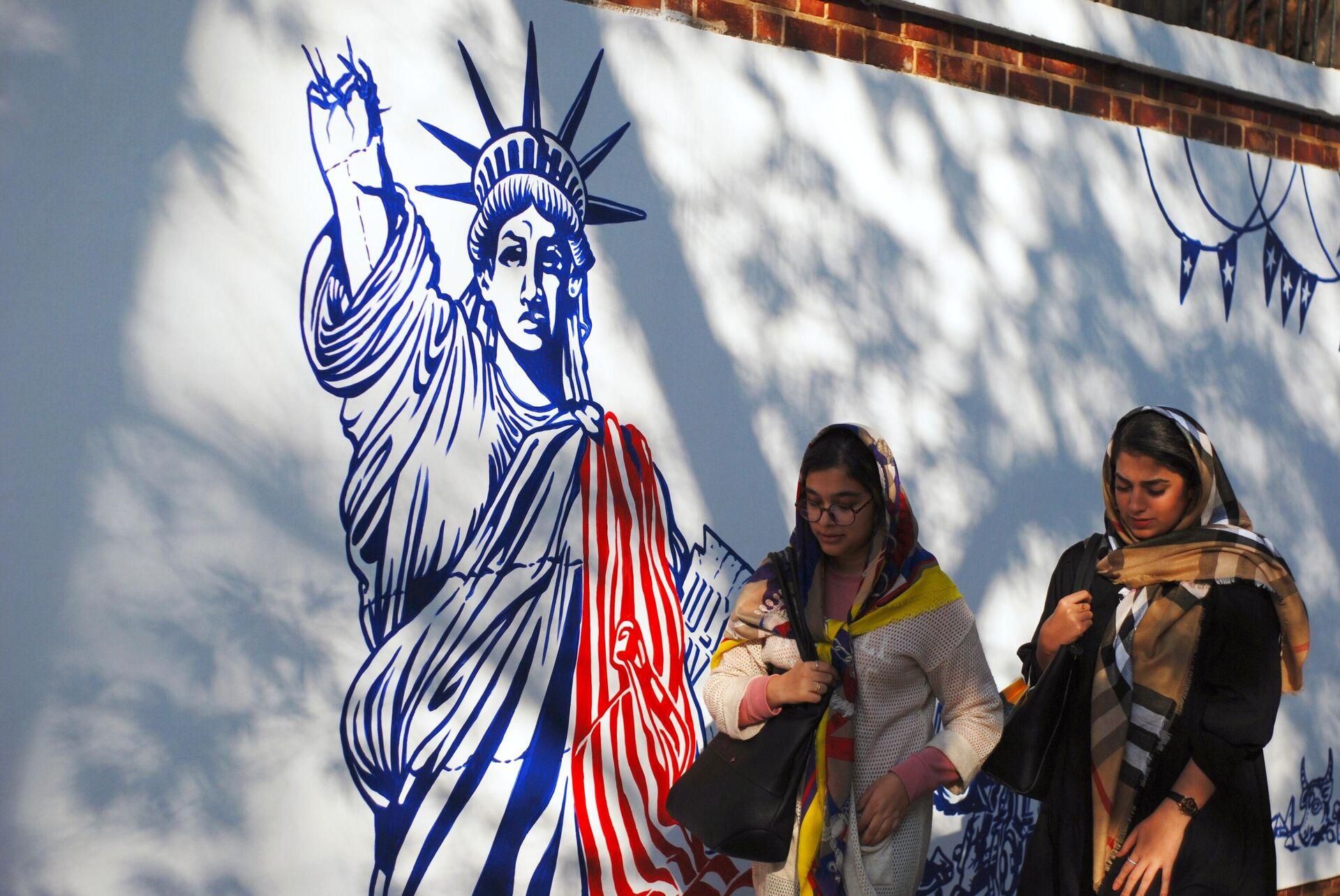 Граффити перед бывшим посольством США в Тегеране - РИА Новости, 1920, 21.09.2020