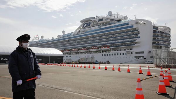 Лайнер Diamond Princess на рейде в порту Йокогама
