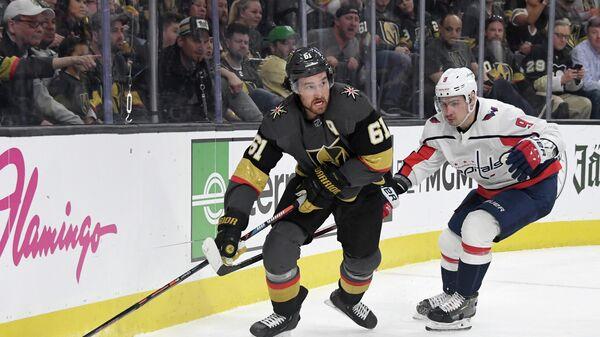 Игрок ХК Вашингтон Кэпиталз Дмитрий Орлов (справа) и игрок ХК Вегас Голден Найтс Марк Стоун в матче регулярного чемпионата НХЛ