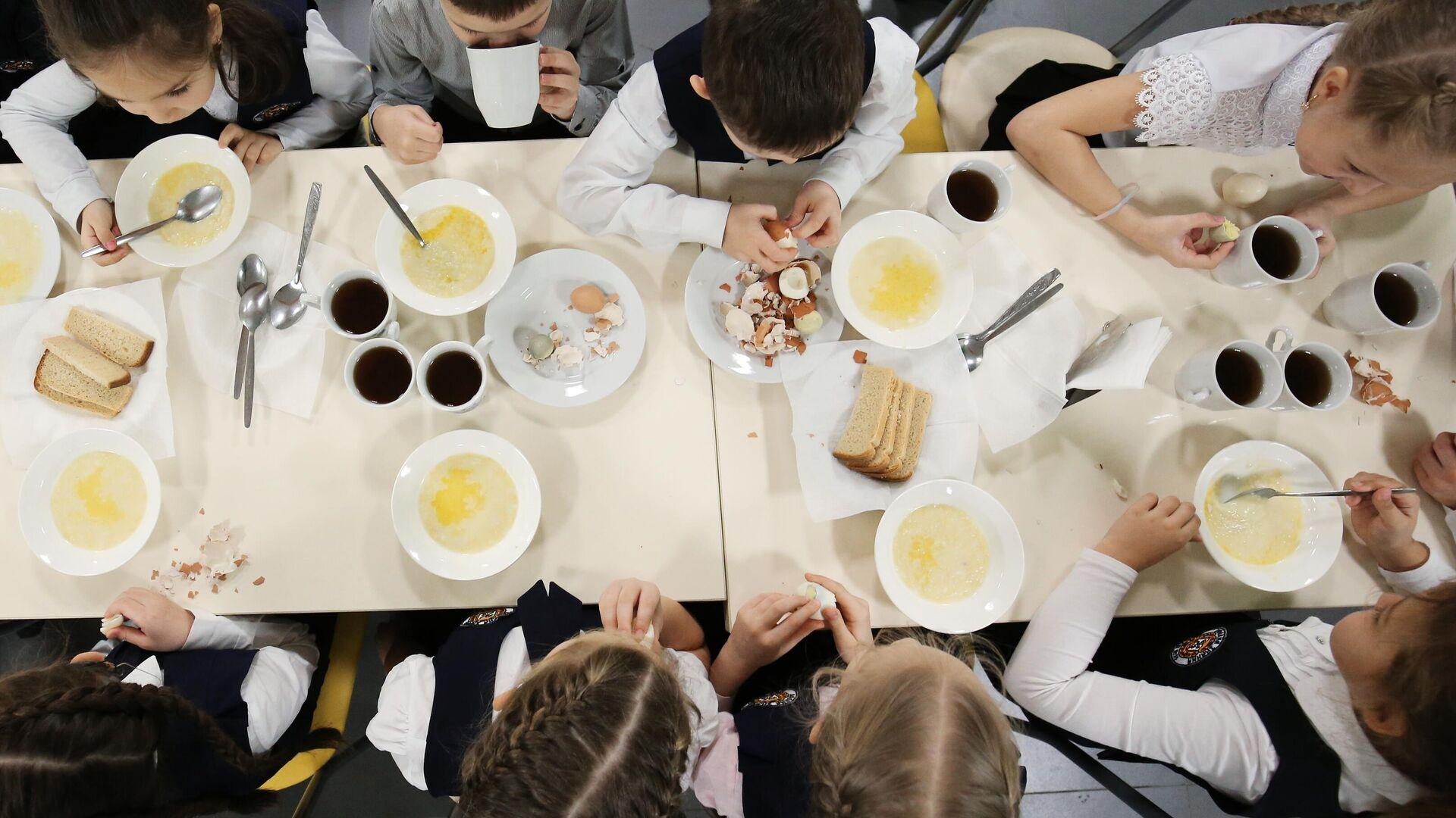 Ученики школы обедают в столовой - РИА Новости, 1920, 01.12.2020