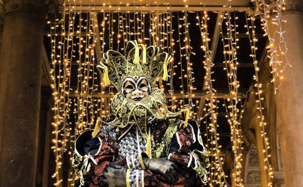 Участник Венецианского карнавала-2020 на площади Сан-Марко