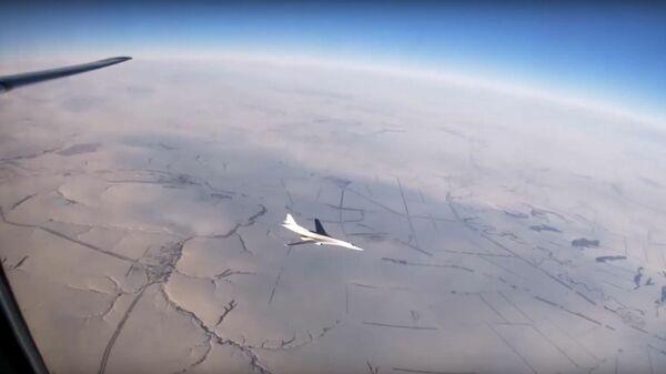 Минобороны показало полет ракетоносцев Ту-160 под Саратовом