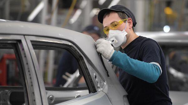 Рабочий в сборочном цехе на заводе Hyundai в Санкт-Петербурге