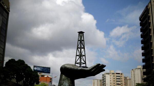 Скульптура у здания государственной нефтяной компании Венесуэлы PDVSA в Каракасе
