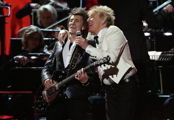 Род Стюарт и Ронни Вуд во время выступления на церемонии вручения премии Brit Awards в Лондоне