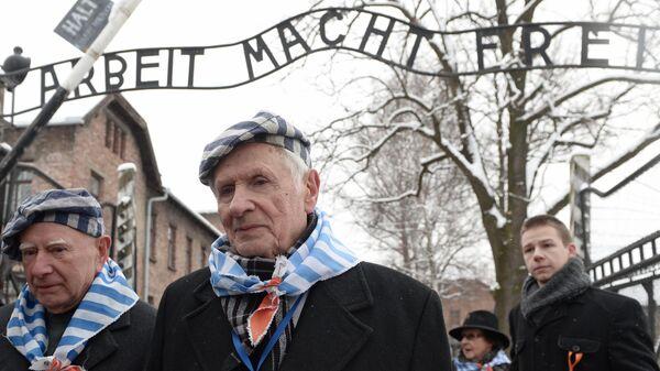 Участники мероприятия, посвященного освобождению концентрационного лагеря Аушвиц-Биркенау, в Освенциме