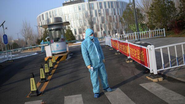 Охранник в защитном костюме в технологическом центре Чжунгуаньцунь в Пекине
