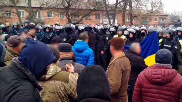 Жители украинского поселка Новые Санжары, куда должны перевезти эвакуированных из Китая граждан, перекрыли дорогу межрегионального значения