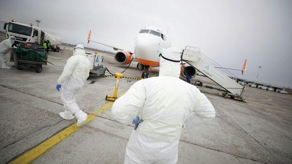 Самолет с гражданами Украины и других стран, эвакуированными из Китая, в международном аэропорту Борисполь