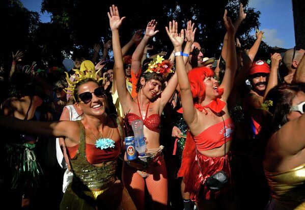 Уличная вечеринка Ceu Na Terra bloco в преддверии карнавала Рио-де-Жанейро, Бразилия