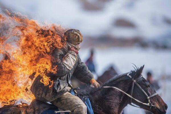 Участник чемпионата Нарынской области по традиционной конной игре кок-бору в селе Казыбек Ат-Башинского района в Киргизии