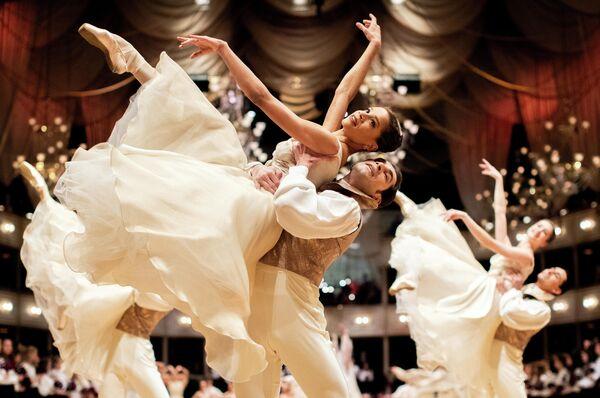 Артисты балета Государственной оперы во время генеральной репетиции традиционного оперного бала в Вене, Австрия