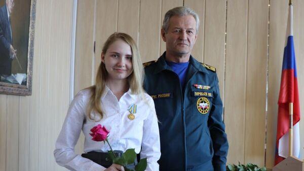 Студентку Амурского госуниверситета Алену Комарову наградили медалью МЧС за спасение тонущего