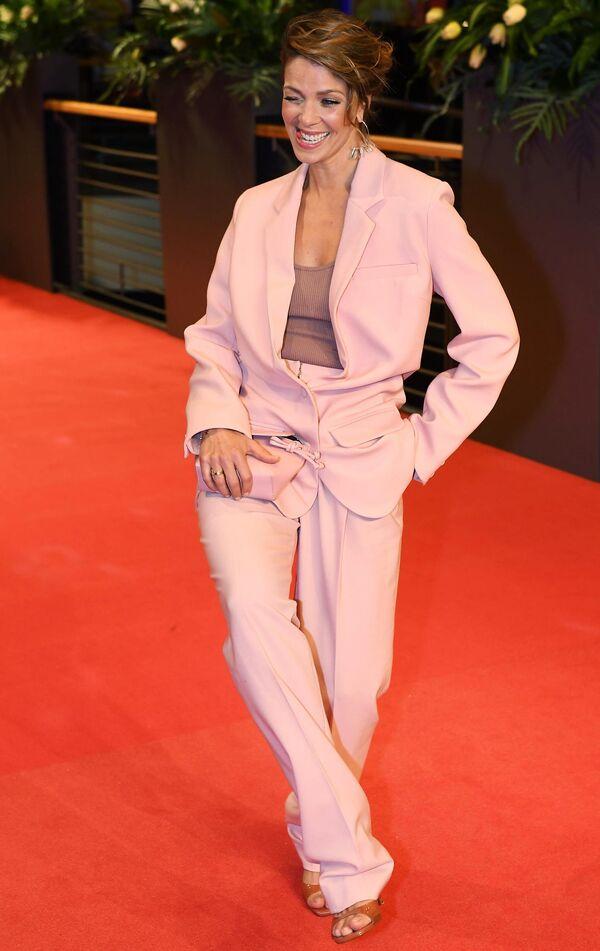 Актриса Джессика Шварц на красной дорожке церемонии открытия юбилейного 70-го Берлинского международного кинофестиваля Берлинале - 2020