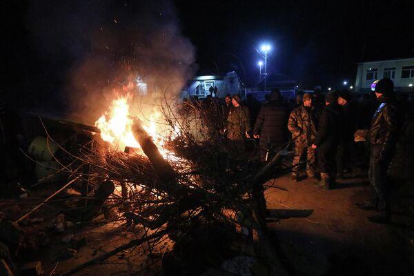 Акция протеста в Полтавской области против прибытия самолета с эвакуированными людьми из Китая