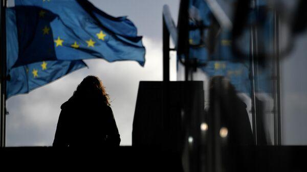 Женщина у здания Европейского парламента в Брюсселе