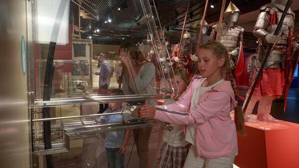 Девочки тренируются натягивать лук в музейном комплексе Куликово поле